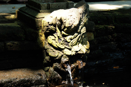 Arca berbentuk manusia berkepala kera dan mengeluarkan air