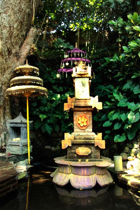 Sebuah sumur di pojok Petirtaan Ken Dedes dan palinggih tempat bersembahyang umat hindu