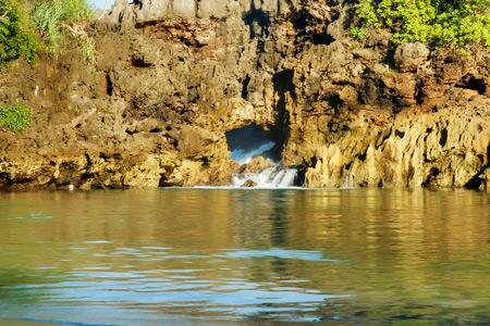 Air laut yang mengisi telaga masuk melalui lubang yang secara konstan menembus Segera Anakan