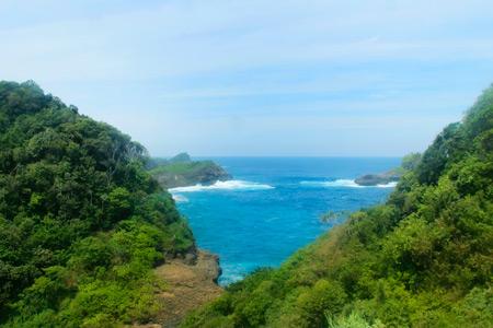 Pulau ini menyembunyikan keindahan pantai yang menyatu dengan alam