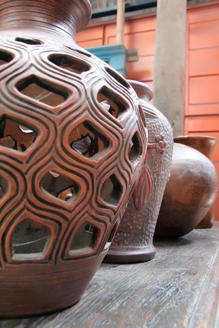 Keramik-keramik yang menjadi koleksi di Pusat Kerajinan Kendedes