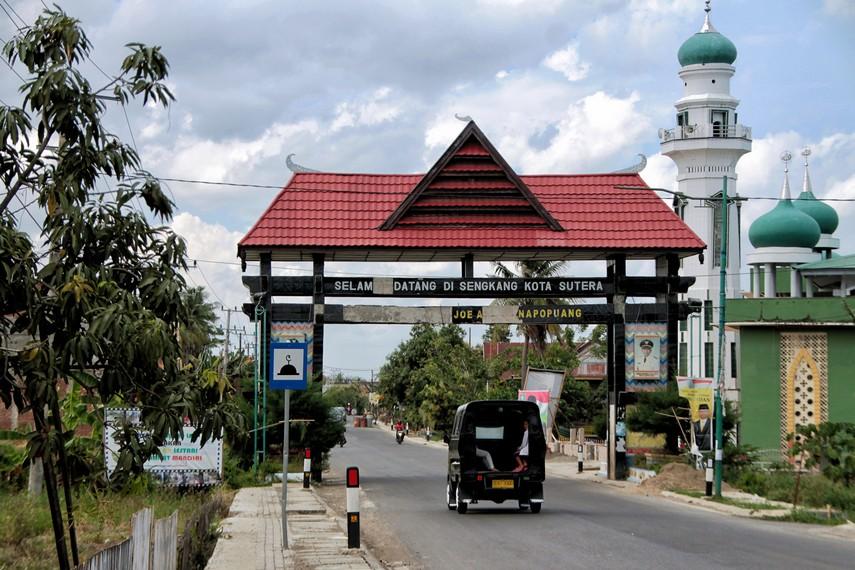 Gerbang masuk Desa Wajo yang terletak di Sengkang, Kabupaten Maros, Sulawesi Selatan
