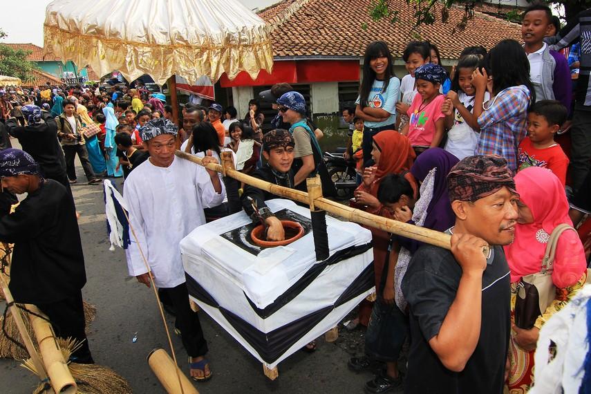 Semua warga masyarakat di Kampung Budaya Sindang Barang turun ke jalan-jalan untuk melihat kemeriahan Seren Taun setiap tahunnya