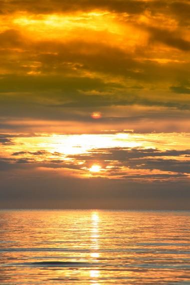 Keindahan matahari tenggelam di Pantai Tanjung Pendam menjadi salah satu pemandangan terindah di Pulau Belitung