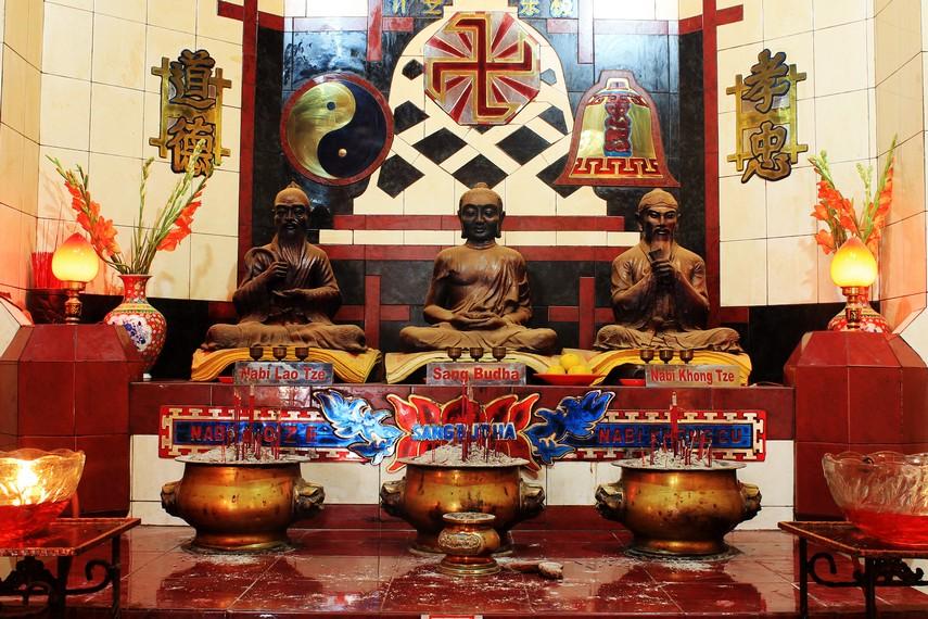 Altar dewa-dewa yang sudah sangat terkenal di China, yaitu Nabi Lao Tze, Sang Buddha, dan Nabi Khong Tze