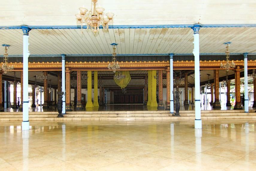 Bangunan utama di bagian dalam keraton terdiri dari Sasana Sewaka, nDalem Ageng Prabasuyasa, Sasana Handrawina, dan Panggung Sangga Buwana