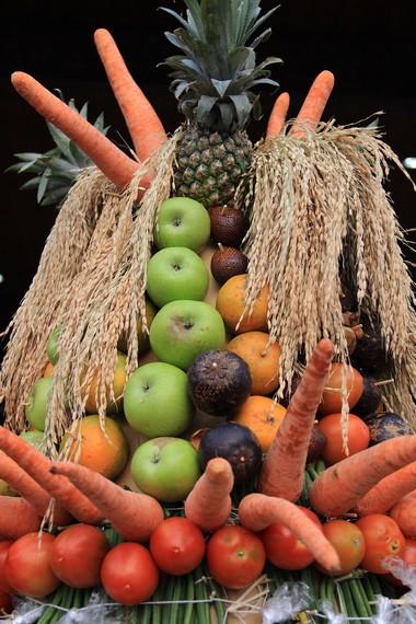 Buah-buahan selalu menghiasi gunungan yang nantinya akan dibagikan kepada masyarakat