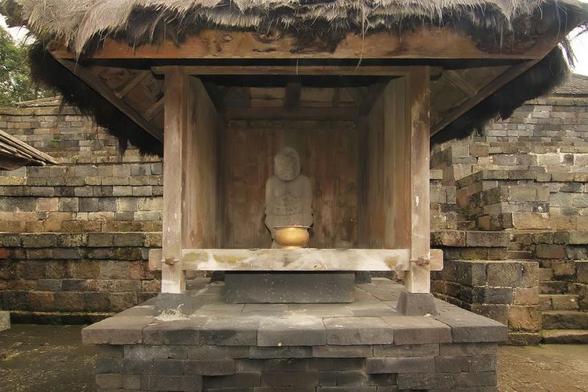 Di lantai ketujuh, terdapat arca Sabdapalon dan Nayagenggong yang merupakan penasihat spiritual Prabu Brawijaya V