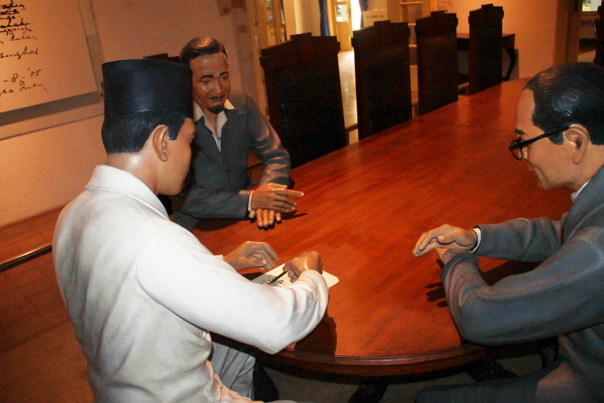 Diorama yang menggambarkan Soekarno, Hatta, dan Ahmad Soebardjo ketika sedang menandatangani teks proklamasi