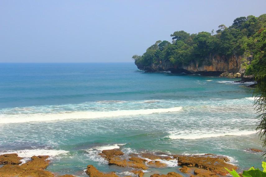 Di Pantai Gua Sarah tidak ada pengunjung yang ramai layaknya di pantai-pantai pada umumnya