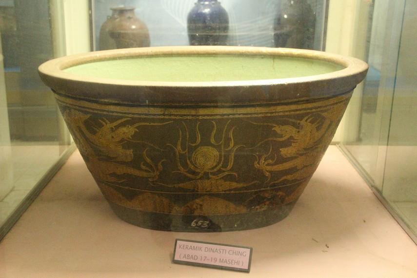 Salah satu koleksi keramik Cina kuno yang merupakan hadiah dari Dinasti Ching