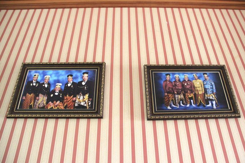Beberapa foto keluarga Kesultanan Kutai Kartanegara yang dipajang di tribun lantai dua