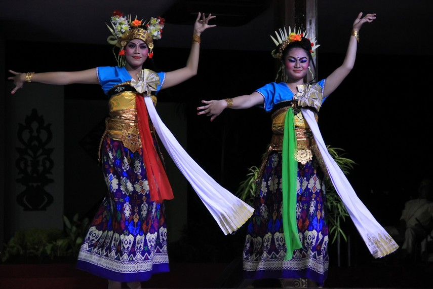 Sebagai tari kreasi, tari Periri Sesamuangan tidak lepas dari pengaruh budaya Bali
