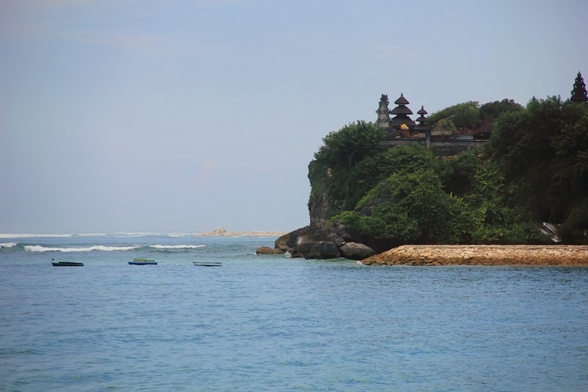 Panorama pura di sisi selatan Pantai Geger