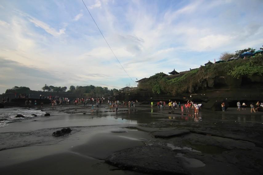 Lapangan ini ramai dikunjungi wisatawan saat senja, tetapi di siang hari tergenang air laut yang pasang