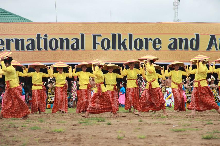 Pembukaan Festival Erau diwarnai dengan persembahan tari kolosal yang representasikan berbagai etnis yang ada di Kutai