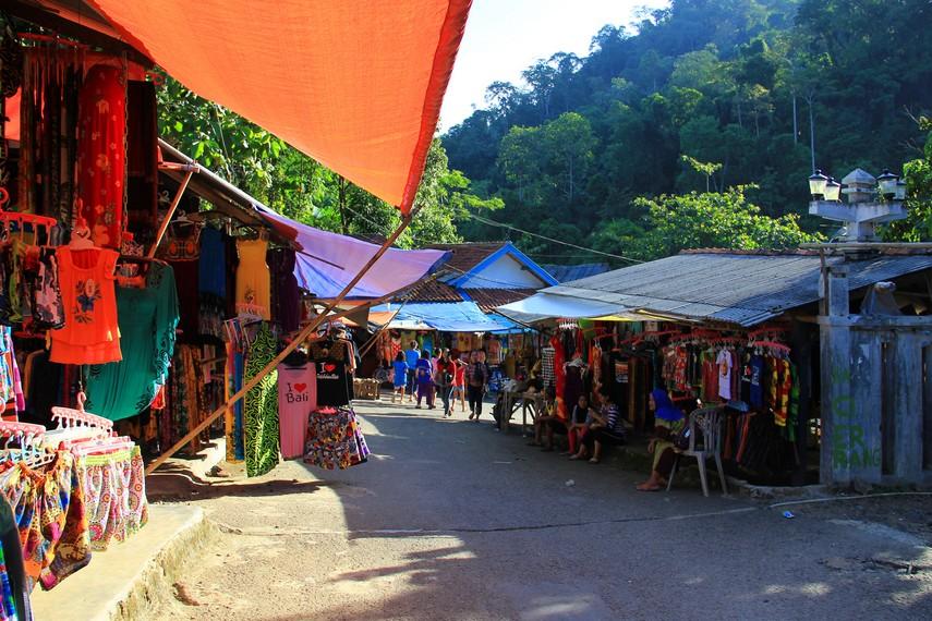 Suasana di sekitar Pemandian Cipanas yang banyak dipenuhi para pedagang Souvenir