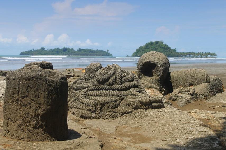 Batu berbentuk gentong dan tali tambang di dekat batu Malin Kundang terlihat sangat mirip dengan aslinya