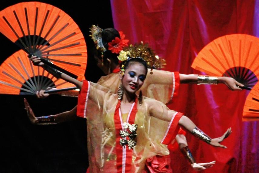 Kipas merupakan properti panggung yang sangat penting dalam pementasan tari pakarena