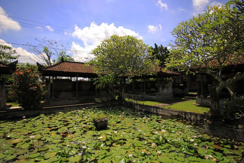 Kolam teratai yang dikelilingi bangunan-bangunan tempat penyimpanan sakorfagus