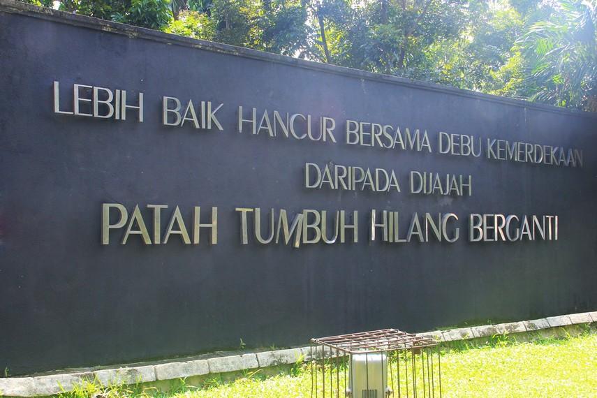 Monumen Perjuangan Rakyat terletak di pusat Kota Palembang, Sumatera Selatan