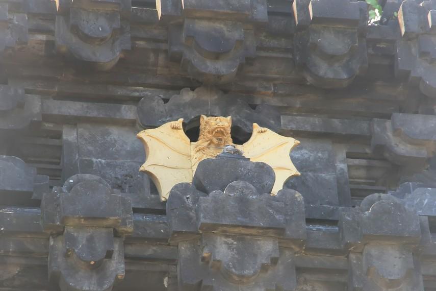 Relief kelelawar di candi gelung, menunjukkan kedudukan khusus hewan tersebut di Gua Lawah