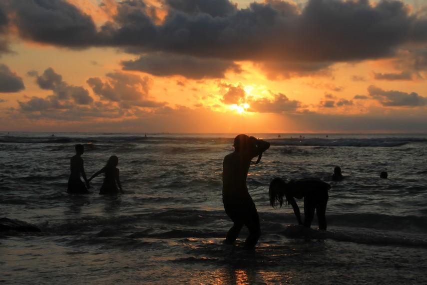 Panorama matahari tenggelam di pantai ini menjadi daya tarik bagi para penggemar fotografi