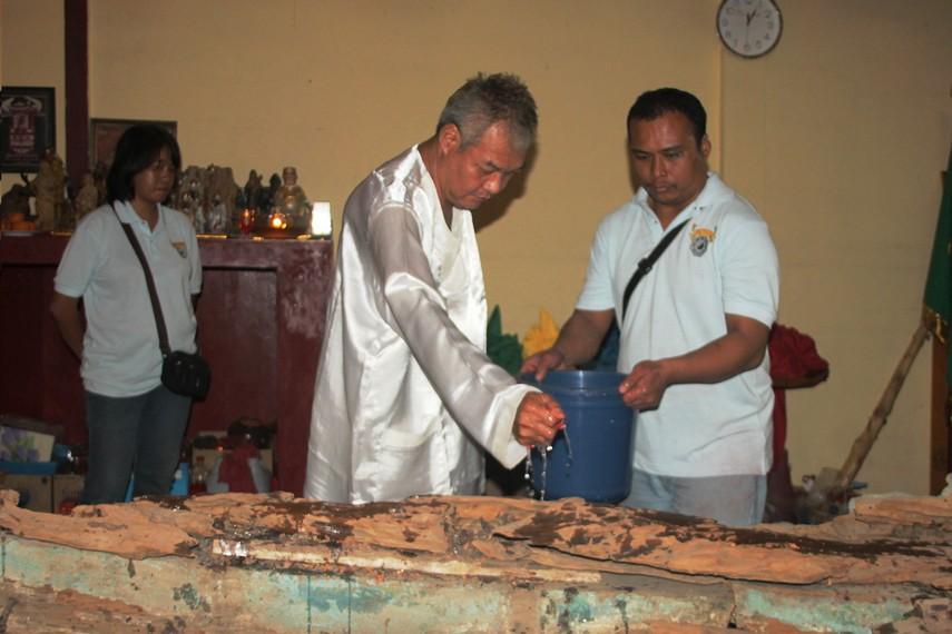 Masyarakat peranakan Tionghoa di Tangerang percaya bahwa air kembang bekas pemandian perahu mengandung berkah
