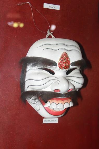 Topeng Sidakarya, salah satu tokoh jenaka dalam pementasan tari topeng