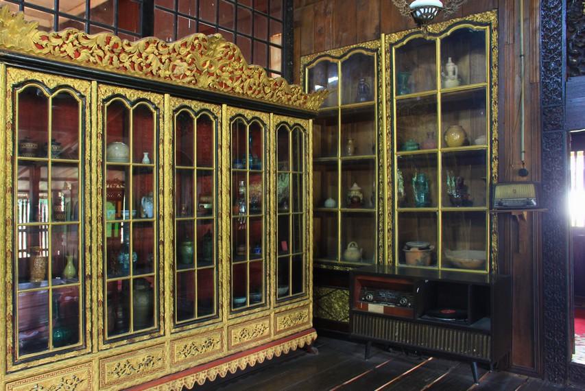 Salah satu lemari yang terdapat di rumah limas memajang aneka jenis guci dan keramik