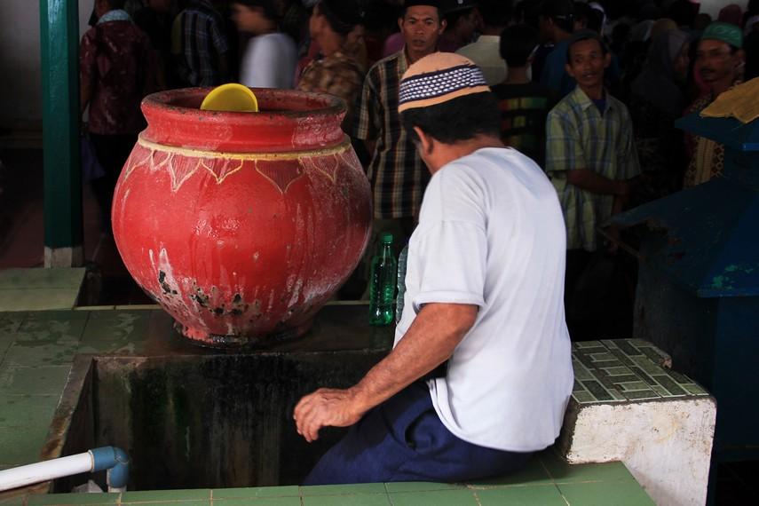 Sehari-harinya banyak warga Muslim di Banten yang beribadah di Masjid Agung Banten