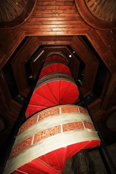 Tangga melingkar menuju ruangan atas monumen
