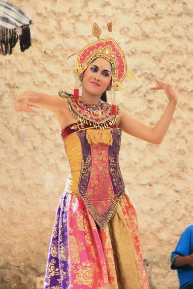Tari ini dibawakan dengan suasana riang gembira, dengan menonjolkan keanggunan para penarinya
