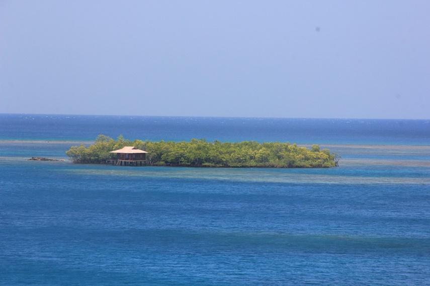 Dari atas bukit ini pula, pengunjung bisa menyaksikan hamparan laut biru dengan gugusan pulau yang berjajar indah di perairan tenggara Sulawesi Utara