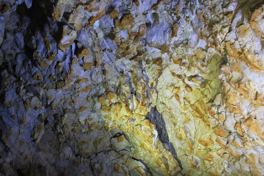 Stalagtit dan stalagmit menjadi pemandangan indah yang tersaji didalam gua