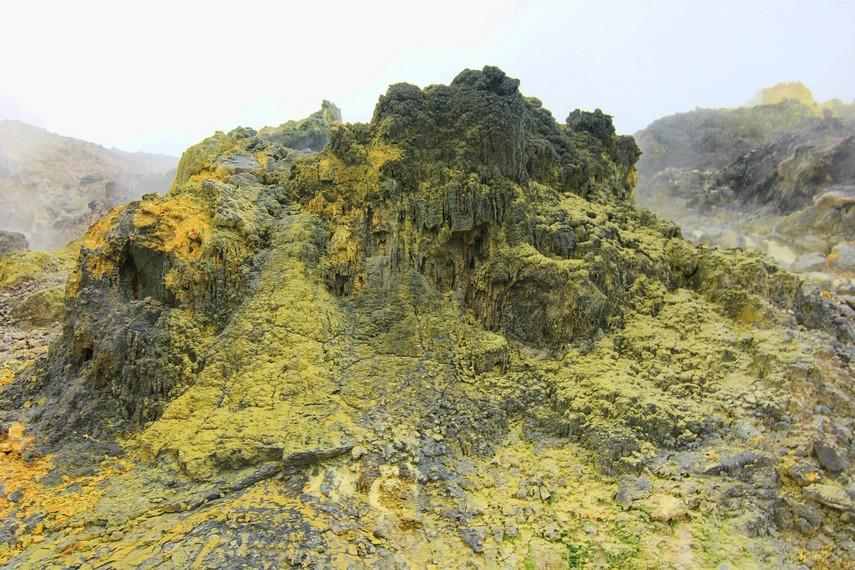 Kawah Emas merupakan salah satu dari banyak kawah yang terdapat di Kawah Papandayan