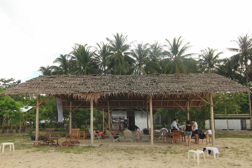 Kedai minum yang berada di sekitar Pulau Kepayang menjadi sarana bagi pengunjung untuk bersantai melepas lelah