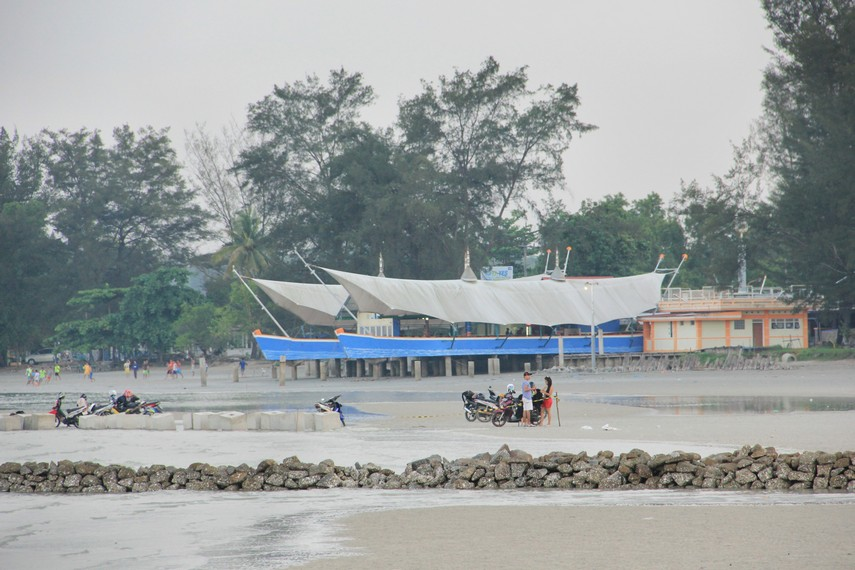 Konon, pantai ini dimanfaatkan masyarakat sekitar untuk menjalani ritual buang sial