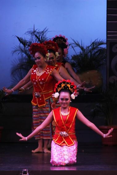 Meski merupakan tari kontemporer, tari yapong sering dipentaskan dalam berbagai acara kebudayaan Betawi