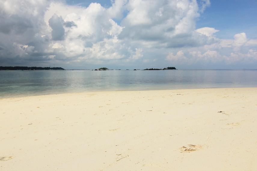 Pasir putih yang lembut menjadi salah satu ciri khas di pulau-pulau sekitar kawasan Tanjung Kelayang termasuk Pulau Burung