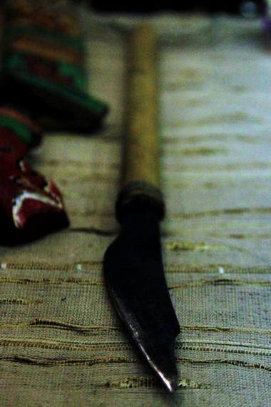 Pisau ukir yang biasa diselipkan di kumpang (sarung mandau)