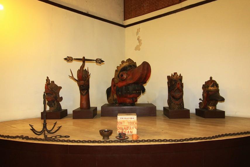 Rojomolo adalah raksasa penguasa laut. Patung ini merupakan hiasan perahu yang dipakai Pakubuwono IV untuk menjemput tunangannya di Madura