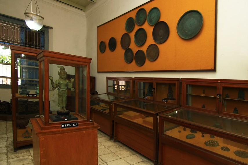 Ruang Perunggu yang menyimpan aneka patung. Sayang, banyak koleksi di ruang ini yang hanya merupakan replika, sedangkan aslinya sudah hilang
