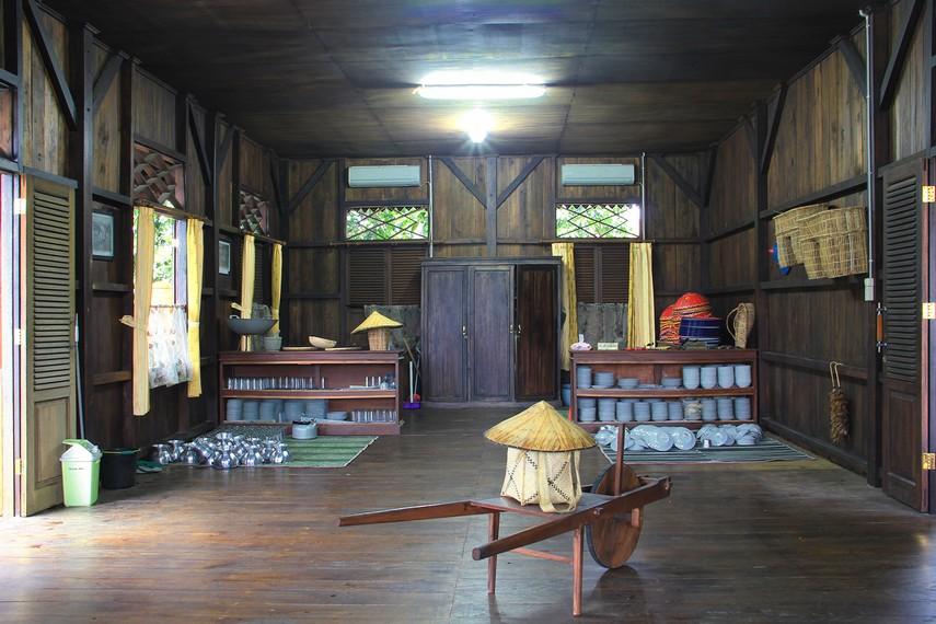 Ruang dapur yang berada di bagian belakang rumah menjadi pusat untuk tempat mengolah segala masakan