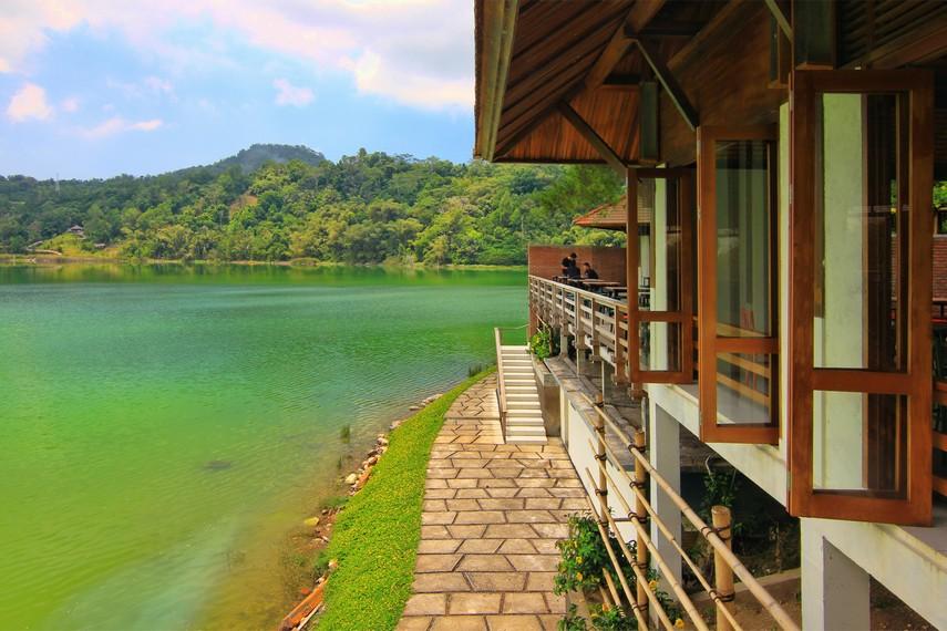 Selain itu pembiasan dan pantulan sinar matahari yang menyebabkan warna air di Danau Linow bisa berubah