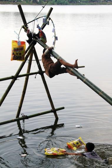 Selain melestarikan tradisi, panjat pinang juga melatih keberanian pada anak