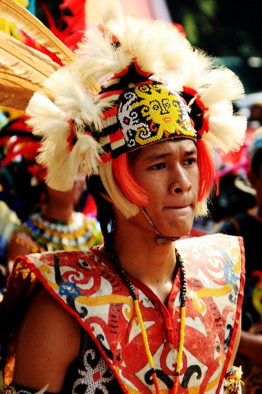 Seorang penari pepatay mengenakan pakaian adat Suku Dayak Kenyah
