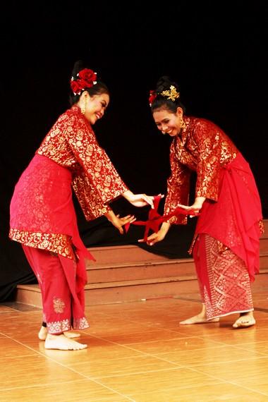 Tari serampang dua belas juga berkembang di negara tetangga yang termasuk dalam rumpun Melayu
