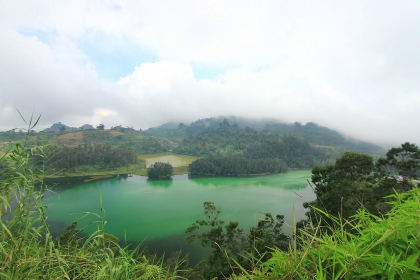 Telaga Warna berada satu kawasan dengan Telaga Pengilon dan Pertapaan Mandalasari. Tempat wisata ini buka dari jam 06.00-18.00 WIB