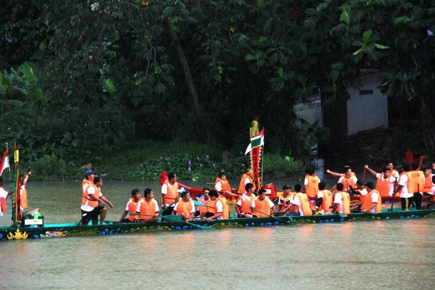Tradisi lomba perahu naga diikuti empat kelompok yang diadu pacu mengarungi lintasan sepanjang 500 m di Sungai Cisadane